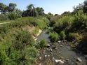 Kyjovka poněkud oslabená na průtoku se mezi rybníky ubírá na Hodonín.