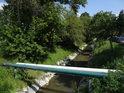 Potrubní přemostění přes Kyjovku nad mostem, ulice Zahradní, Kyjov, je zdvojené.