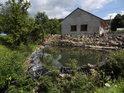 Rybníček u domku ve Starých Hutích leží na levém břehu Kyjovky.