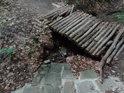 První umělé přemostění přes Kyjovku je z kůlů postavená lesní lávka.